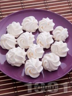 Обикновени домашни целувки от белтък и пудра захар - снимка на рецептата